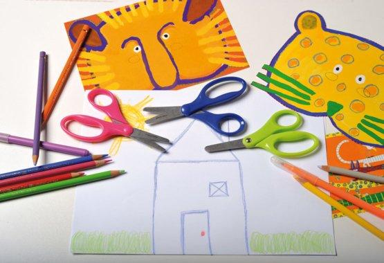 La forma más segura de enseñarle a sus hijos el corte creativo